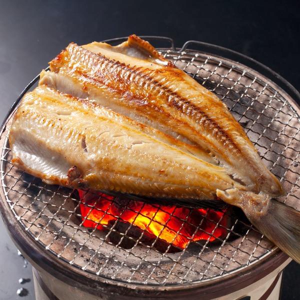 【特大サイズ・シマホッケ】別名「トロホッケ」と呼ばれるほど極上の脂のりが自慢の縞ほっけです。北海道の炉辺焼きの味をぜひ、ご自宅でご堪能下さい。(沖縄県・一部離島への配送については承っておりません。) 400g前後×5